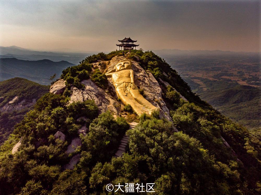 驻马店市金顶山风景区小金顶山上有座大佛像是亚洲最.